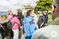 Führungsteilnehmer lauschen gespannt den Erzählungen der Stadtführerin auf der Schlossterrasse des Neuen Schloss Meersburg.