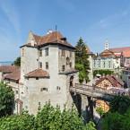 Blick auf den Eingang der Burg Meersburg. Einige Gäste stehen gerade auf der Zugbrücke.