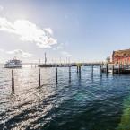Blick in das Hafenbecken Meersburgs. Es fährt gerade ein Personenschiff ein.