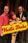 """Zwei Männer und eine Frau stehen nebeneinander und halten ein Schild mit der Aufschrift """"Heiße Theke"""" vor sich."""