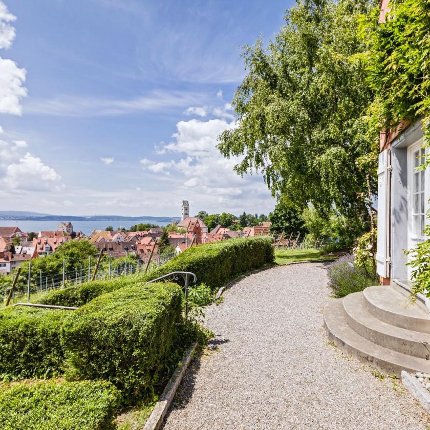 Blick vom Fürstenhäusle in die Weinberge und über Meersburg.