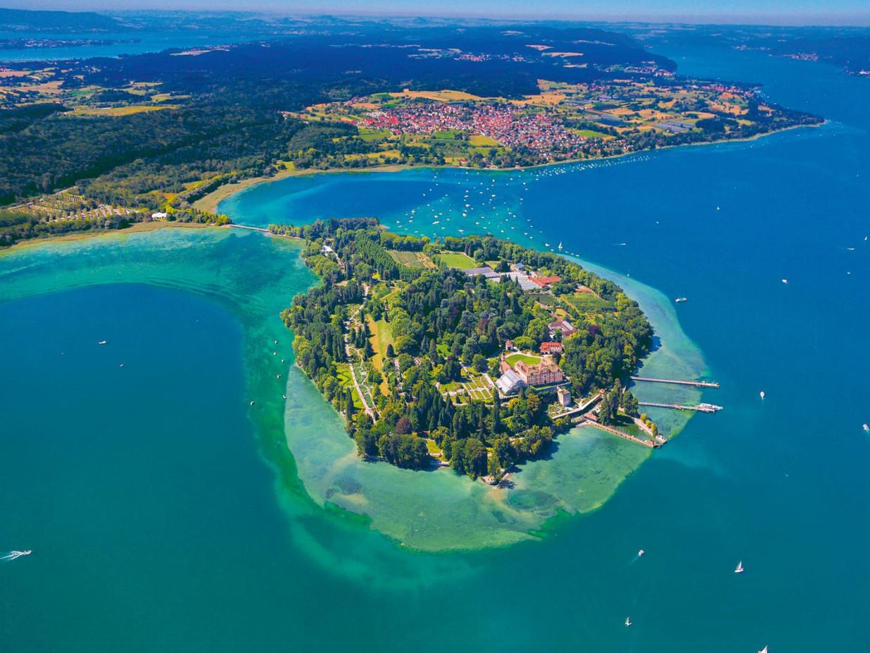 Bild von oben auf die blühende Insel Mainau. Umgeben von grün-blauem Bodensee.