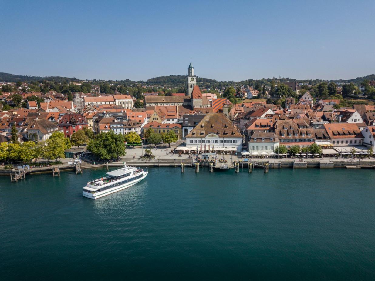 Blick über den Bodensee auf das Stadtpanorama der Stadt Überlingen.