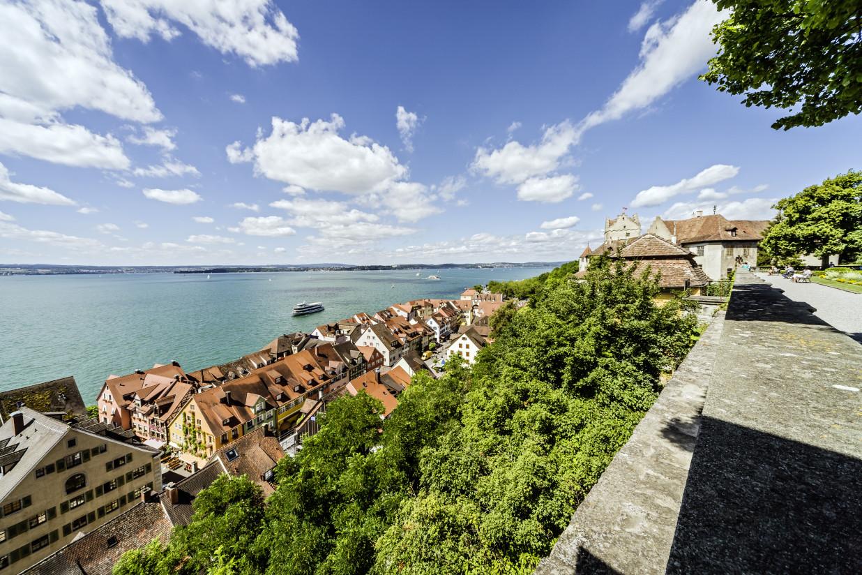 Blick auf die Unterstadt Meersburgs. Im Hintergrund ist strahlend blauer Himmel.