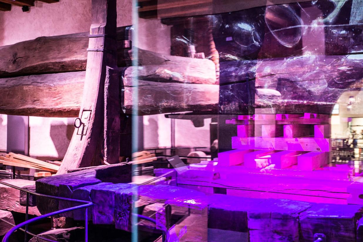 Blick in den Eingangsbereich des vineumbodensee.  Es ist ein alter Weintorkel zu sehen. Der ganze Raum ist in pinkes Lichte getaucht.