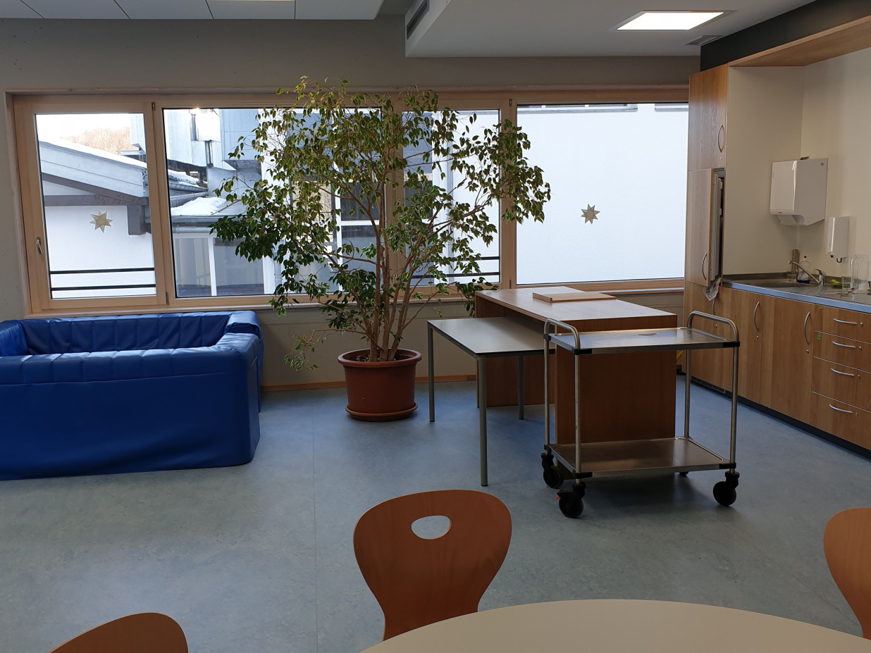 Blick in das Jugendcafé Wackelpudding. Auf dem Bild ist eine Küche, eine Arbeitsfläche und eine Sofaecke.