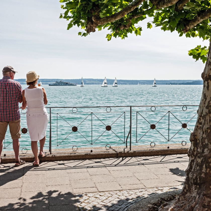 Ehepaar an der Promenade
