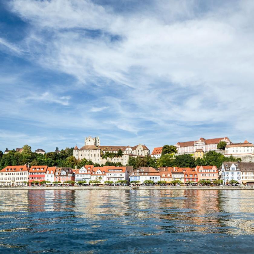 Blick auf die Stadt Meersburg vom Bodensee aus.