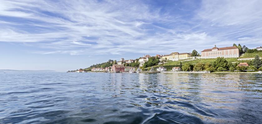 Blick auf das Stadtpanorama Meersburgs. Im Vordergrund der Bodensee.